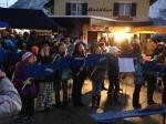 Die Jungmusiker am Dorfplatz beim Advent im Dorf 2013